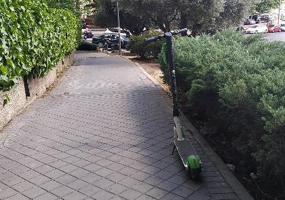 Patinete aparcado en una acera