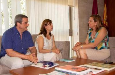 La consejera de Educación, Cultura y Deportes de Castilla-La Mancha, Rosa Ana Rodríguez, con la presidenta de CERMI Castilla-La Mancha, Cristina Gómez y el gerente José Antonio Romero