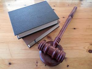 Martillo de juez y libros