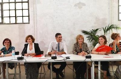 Pilar Villarino, en representación de la Fundación CERMI Mujeres, en la reunión de Pedro Sánchez, presidente del Gobierno en funciones, con una veintena de asociaciones por la igualdad
