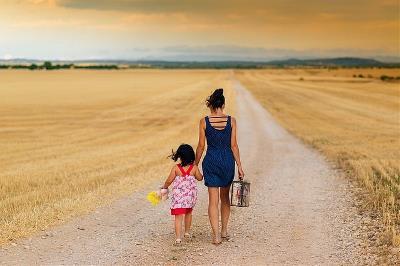 Una mujer con una niña de la mano