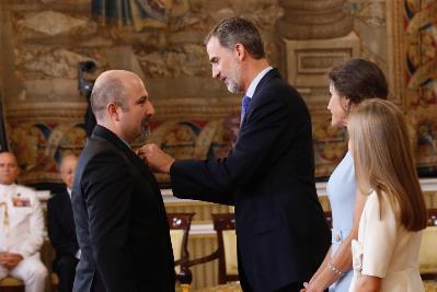 Su majestad el Rey impone la condecoración de la Orden del Mérito Civil a Don Basilio García Copín (Foto: © Casa de S.M. el Rey)