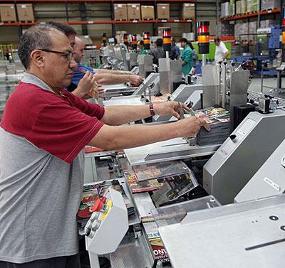 Personas con trastorno mental trabajando en una imprenta