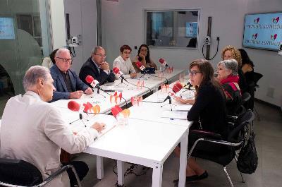 Foto con todos los participantes, durante la mesa 'Desinstitucionalizar, ¿por dónde empezamos?'