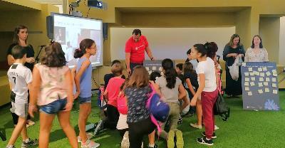 Niños y niñas jugando en la presentación del cuento 'Marcela, la inventora de palabras'