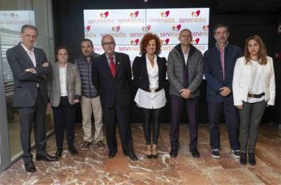 Los respresentantes de la Fundación de la Tartamudez y el director general de Servimedia, antes del encuentro