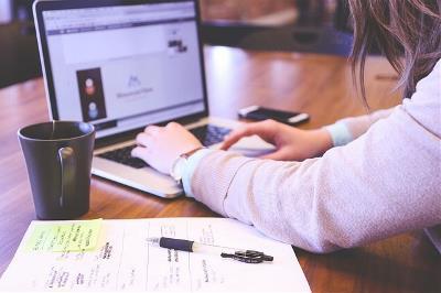 Mujer con ordenador