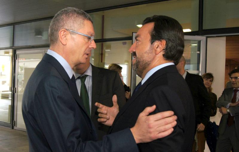 El ministro de Justicia, Alberto Ruiz-Gallardón, junto a Miguel Carballeda, presidente de la ONCE y vicepresidente del CERMI