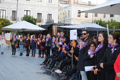 Minuto de silencio por las víctimas de la violencia contra las mujeres.