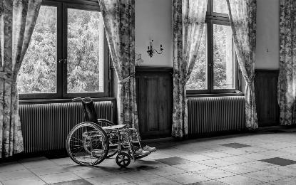 Silla de ruedas dentro de una vivienda. Foto: Patrick de Boeck.
