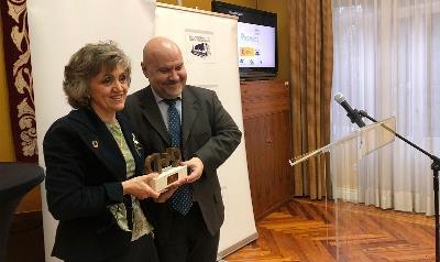 La ministra de Sanidad, Consumo y Bienestar Social en funciones, María Luisa Carcedo, recibe el premio cermi.es de manos del presidente del CERMI, Luis Cayo Pérez Bueno