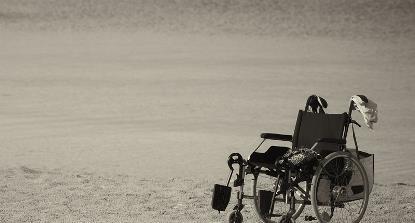 Imagen en blanco y negro de una silla de ruedas solitaria