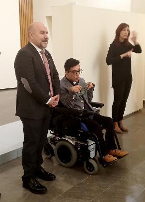 el presidente del CERMI, Luis Cayo Pérez Bueno, junto al joven riojano Álex Domínguez, en el acto de entrega del 'Premio Cermi.es 2019' en la categoría Acción Cultural Inclusiva