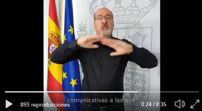 Imagen del vídeo en lengua de signos con la información del Consejo de ministros sobre el Real Decreto para mejorar la atención a personas con discapacidad y otros colectivos ante emergencias