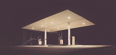 Gasolinera desatendida de noche.