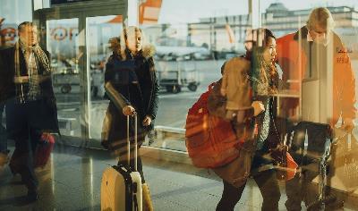 Pasajeros en un aeropuerto