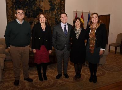 Imágenes de la reunión del presidente de Castilla-La Mancha, Emiliano García-Page, con la presidenta del CERMI de la región, Cristina Gómez, y otros miembros del CERMI CLM