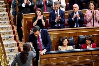 Pablo Iglesias y Pedro Sánchez se dan la mano en el Congreso de los diputados