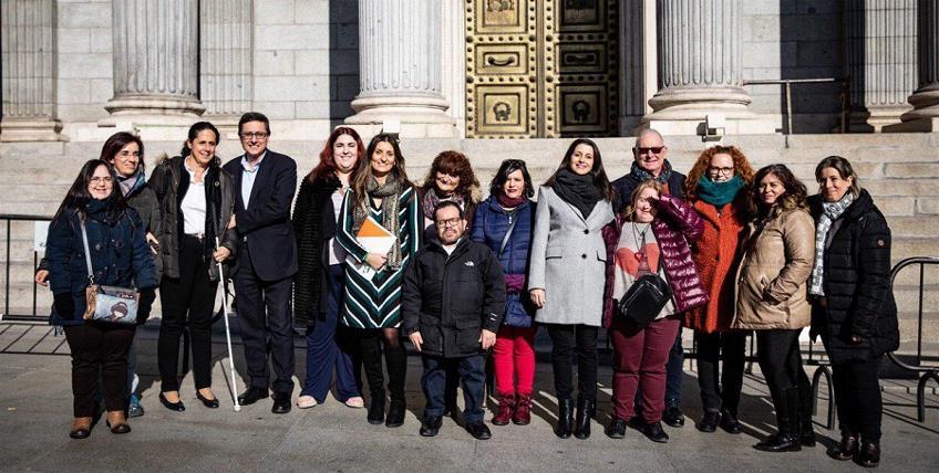 Presidenta y vicepresidenta ejecutiva de la FCM, Concha Díaz y Ana Peláez, respectivamente, durante el acto en la Cámara Baja con Ciudadanos y miembros de CERMI y FCM