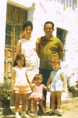 Teresa Navarro en una foto de su infancia, con sus padres y hermanas