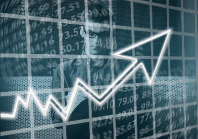Imagen de un empresario con una gráfica en primer plano.
