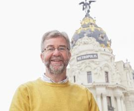 Miguel Ángel Valero, ante el edificio Metrópolis.