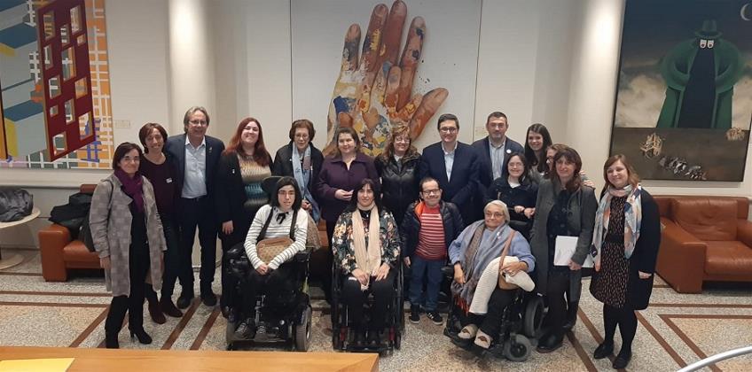 Foto de familia en el Senado, con la representación de CERMI Mujeres, el día que se votó la propuesta de ley para acabar con las esterilizaciones forzosas de personas con discapacidad