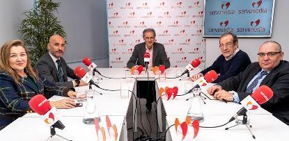 Foto de familia, ya sentados, de los participantes en la mesa cermi 'Lo que la discapacidad puede hacer de bueno por la sociedad'