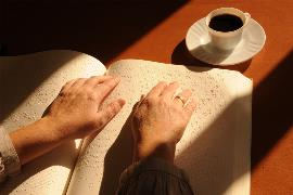 Lectura de un libro en braille.