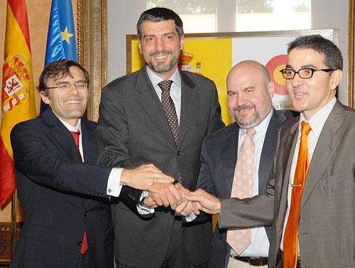 De izquierda a derecha, Alberto Durán, Francisco Moza, Luis Cayo Pérez Bueno y Andrés Ramos, tras la firma del convenio