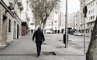 Una persona sola por las calles vacías de Madrid