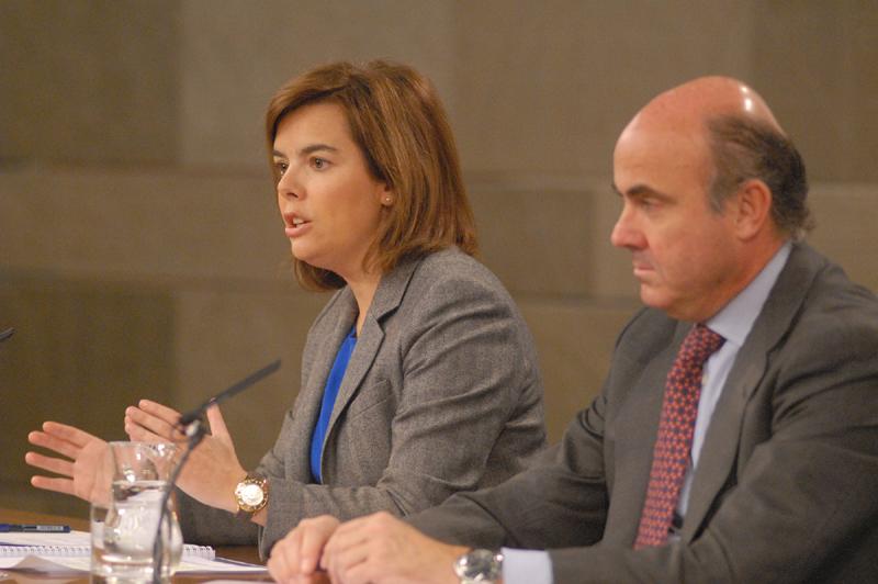 La vicepresidenta, ministra de la Presidencia y Portavoz, Soraya Sáenz de Santamaría, con el ministro de Economía y Competitividad Luis de Guindos, tras el Consejo de Ministros (Imagen: Moncloa)