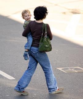 Madre con su hijo en brazos