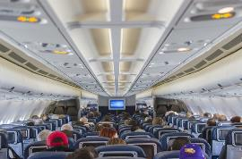Pasajeros sentados en un avión