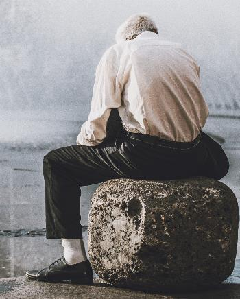 Una persona mayor, sola sobre un pedestal. Pexels Foto: Abdel Rahman