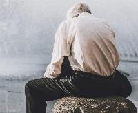 Una pesona mayor, sola sobre un pedestal (2). Pexels Foto: Abdel Rahman