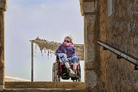 Mujer en silla de ruedas en una escalera. Imagen de BenFilm en Pixabay