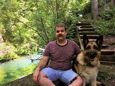 Miguel González junto a Milena, su perra guía