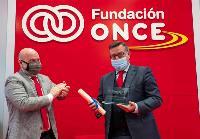 El presidente del CERMI, Luis Cayo Pérez Bueno, entrega el premio a José Luis Martínez Donoso, director general de Fundación ONCE