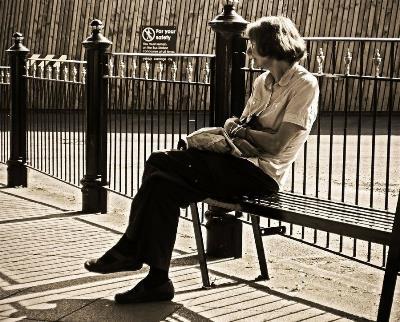 Mujer mayor sola en un banco