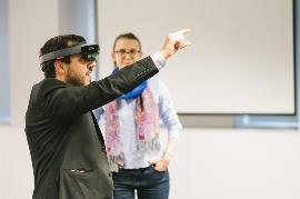 Alejandro Moledo, del EDF, haciendo uso de las nuevas tecnologías
