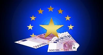 Imagen de billetes de euro sobre símbolo de la Unión Europea