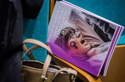 Imagen del cartel de la jornada sobre el bolso de una mujer.