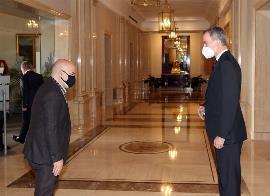 El presidente del CERMI, Luis Cayo Pérez Bueno, saluda al Rey