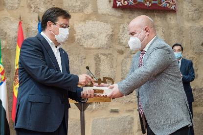 El presidente del CERMI, Luis Cayo Pérez Bueno, entrega el premio cermi.es al presidente de la Junta de Extremadura, Guillermo Fernández Vara