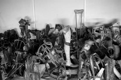 Imágenes de objetos recogidos tras los asesinatos en campos de exterminio, como algunas muletas, o prótesis