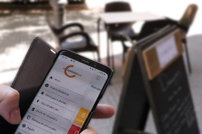 Una persona utiliza la aplicación Accesibilidad de Cocemfe.