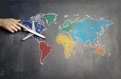 Imagen de un avión sobre un mapamundi.