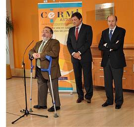 De izquierda a derecha: Mario García, presidente de COCEMFE; Javier Fernández, presidente del Principado de Asturias, y Alfredo Pérez Rubalcaba, secretario general del PSOE