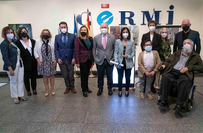 Foto de familia en la sede del CERMI con Carolina Darias, ministra de Sanidad, que recoge el premio cermi